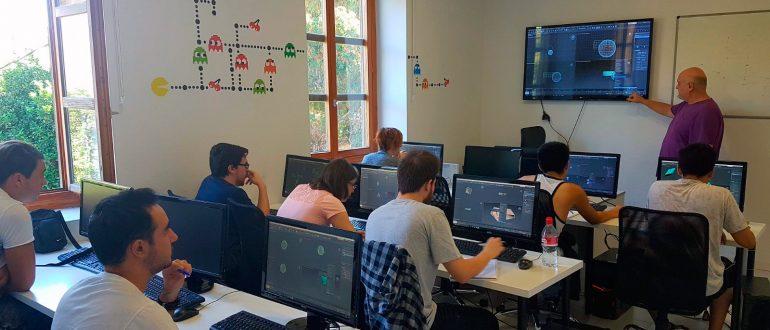 Alumnos de aula arcade durante una clase de modelado 3D y animación con nuestro profesor José González