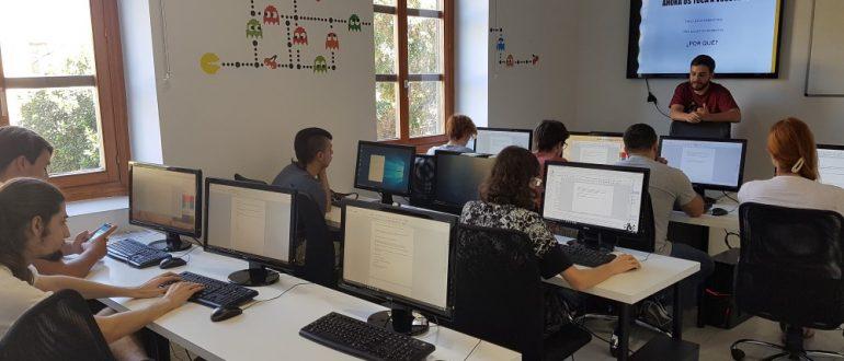 Alumnos y alumnas de diseño de videojuegos, guión y narrativa, comienzan las clases en aula arcade
