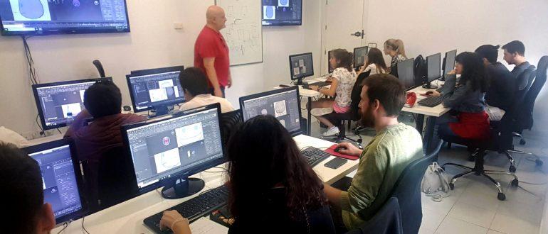 José González (Willy) enseña a crear un Sackboy en la primera clase del curso de modelado 3D en Sevilla