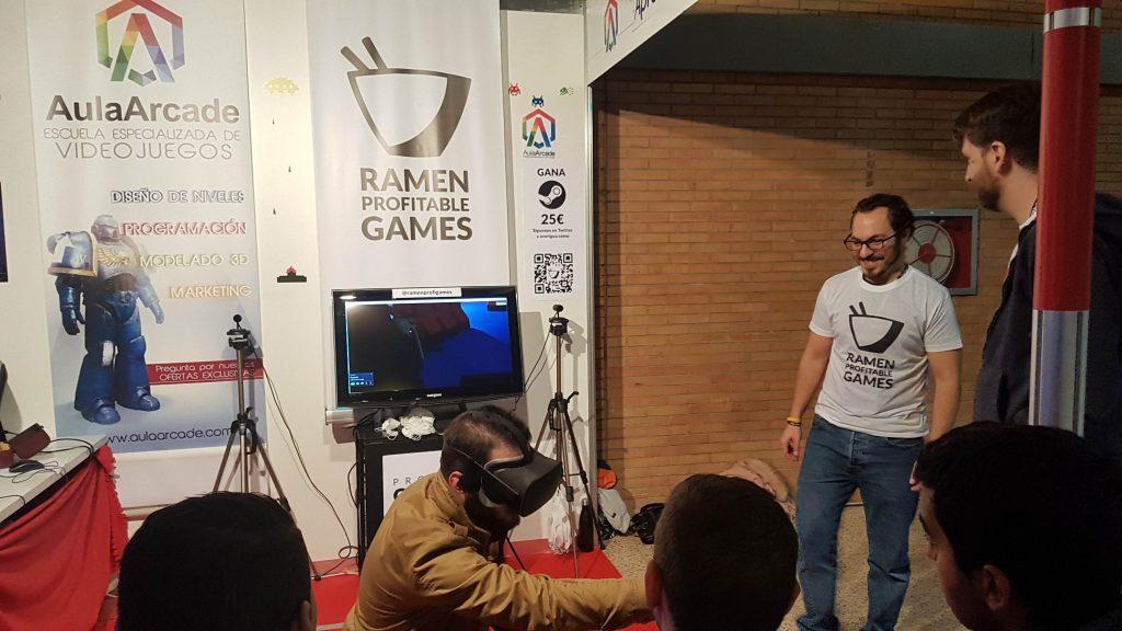 un jugador experimenta la realdiad virtual de mano de Ramen Profitable Games y su Project Gecko