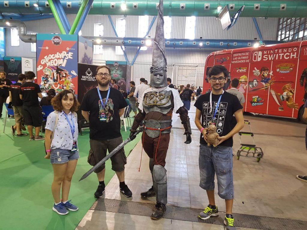 Cosplayer Blasphemous junto a parte del equipo de desarrollo